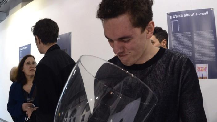 "SZenario: Vincent Laenen testet den Turnschuhgeruch ""I love my sneakers""."