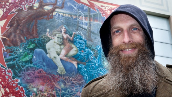 David Kammerer, der neue Street-Art-Beauftragte der Stadt vor einem Bild des Künstlers WON ABC an einem Gebäude der Stadtwerke am Elisabethplatz.