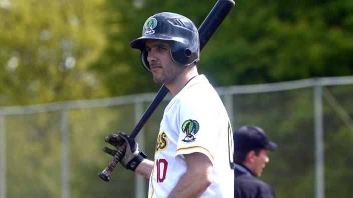 Baseball: Nicht ohne meine Keule: Kris Grunauer, Centerfielder bei den Caribes, macht sich bereit für den First Pitch der Saison.