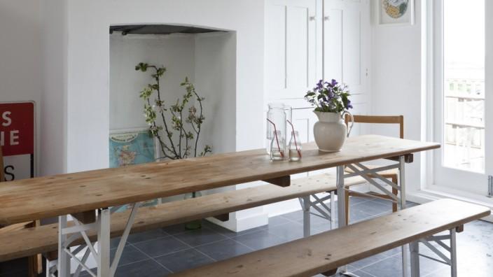 Bierbänke: Das Holz abgebeizt und mit Antik-Wachs behandelt, die Beine weiß lackiert, schon wird aus dem Bierzelt-Klassiker ein ansehnlicher Familientisch.
