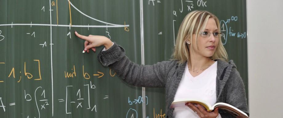 Referendarin Lehramtsanwärterin Junge Lehrerin Mathematik Tafel Klassenzimmer