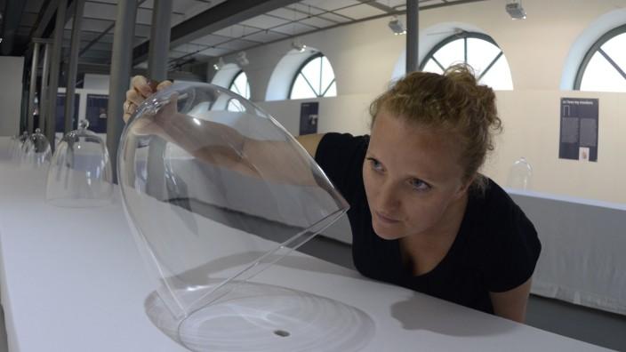 Kunst in Dachau: Die Künstlerin schnuppert. Der Geruchssinn ist in der Ausstellung von Camilla Nicklas-Mauerer gefragt.