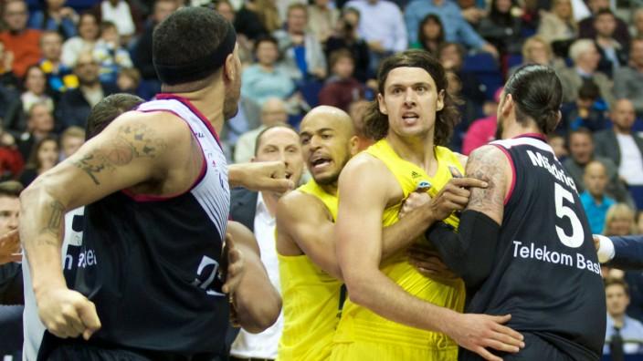 Basketball Berlin 09 04 2016 Beko BBL 1 Bundesliga Saison 2015 2016 Alba Berlin Telekom Baske; Alba Berlin gegen Telekom Baskets Bonn Rauferei