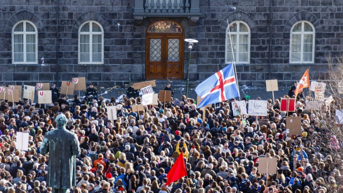 Protesters call for resignation of Icelandic PM over Panama Paper