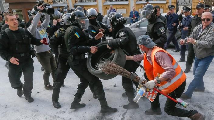 Anti-corruption protest near presidential office in Kiev
