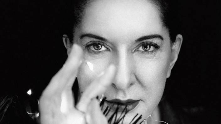 """Marina Abramović im Porträt: Geübter Blick: Bei ihrer Performance """"The Artist Is Present"""" sah Abramovic 90 Tage lang ihrem jeweiligen Gegenüber in die Augen. (Mantel von VALENTINO.)"""