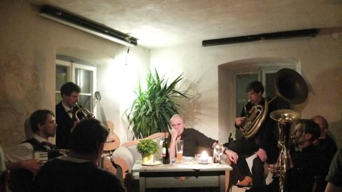 Volksmusik: Josef Bierbichler umgeben von den Musikern Maximilian Pongratz, Michael von Mücke, Martin von Mücke und Matthias Meichelböck (von links).