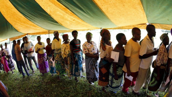 Malawians queue for food aid distributed by the United Nations World Food Progamme (WFP) in Mzumazi village near the capital Lilongwe