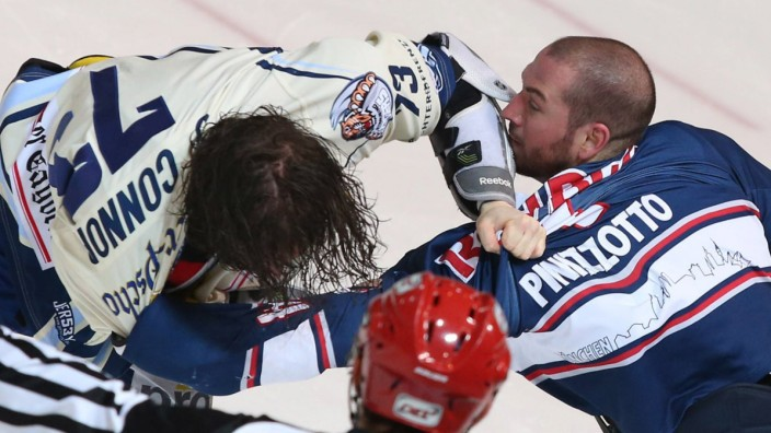 Ice hockey Eishockey DEL RB Muenchen vs Straubing MUNICH GERMANY 15 MAR 16 ICE HOCKEY DEL D; Steve Pinizzotto