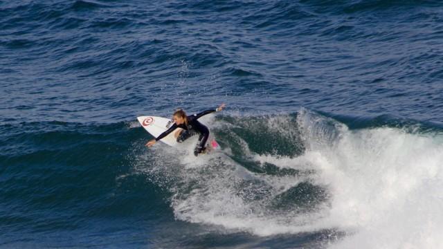 Durchsetzen in der Männerdomäne: Valeska in Action auf dem Surfboard.