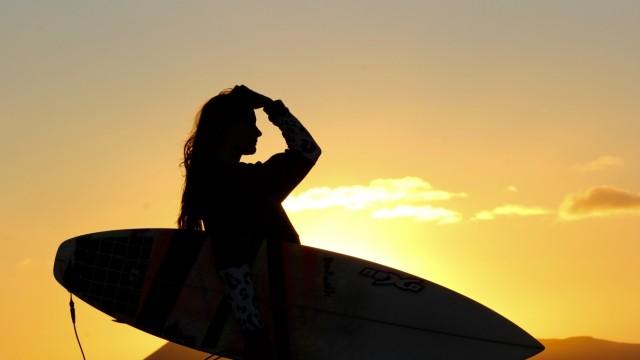 Durchsetzen in der Männerdomäne: Blick aufs Meer: Valeska Schneider ist immer auf der Suche nach der perfekten Welle.