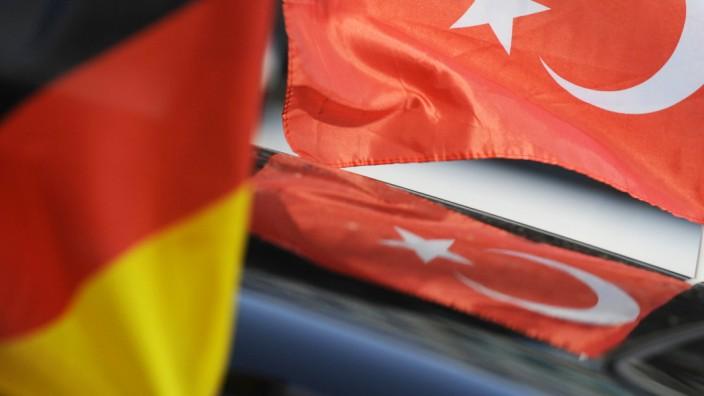 Deutsche und t¸rkische Fahne