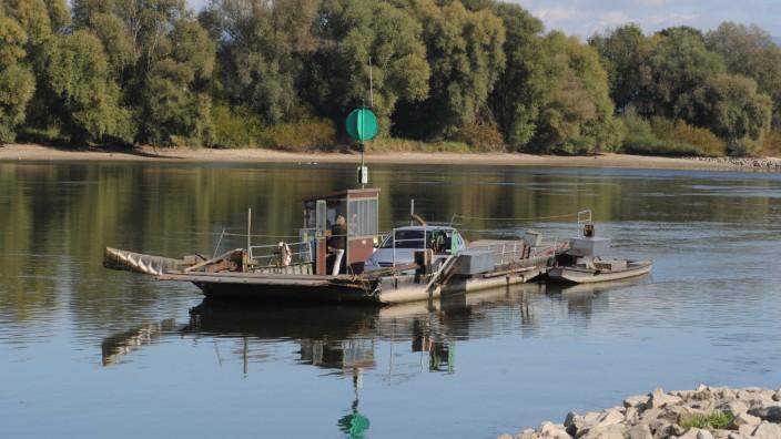 Donaufähre mit Transporter und Traktor gesunken