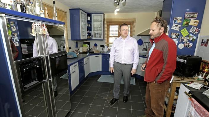 Energiewende: Energieberatung fürs Zuhause bietet die Geretsrieder Dependance der Verbraucherzentrale an. Florian Stevens (re.) machte es bei Erhard Gaigl vor.