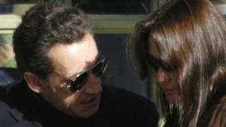 Valentinstag: Carla Bruni guckt entsetzt: Nikolas Sarkozy hat ihr einen ähnlichen Ring geschenkt wie seiner Exfrau.