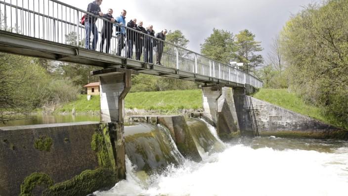 Wolfratshausen: Sprudelnde Stromquelle: Bei Informationsgespräch auf dem Wehr über dem Kanal erklärt Projektleiter Basche (2. v. li.) das geplante Wasserkraftwerk.