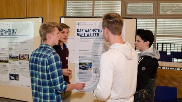 Tagung in Bad Tölz: Die Gymnasiasten Christopher Smuda (v.l.), Benjamin Klauber, Jakob Kiebler und Robert Barbier diskutieren Szenarien für die Energiewende.