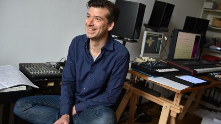 Mathis Nitschke: Der Soundtüftler und Technikfreak Mathis Nitchke (hier in seinem Arbeitszimmer in München) versteht sich als der DJ unter den Komponisten.