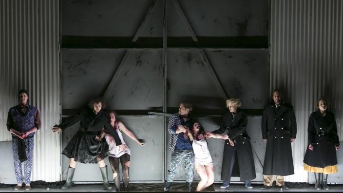Musiktheater: Szene mit Netta Or (Sechste von links) in der Titelrolle und Lawrence Zazzo als Delio (Vierter von li.).