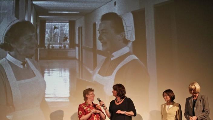 50 Jahre Kreisklinik Wolfratshausen: Moderatorin Sybille Krafft (2. v. li.) im Gespräch mit Barbara Mehlich (li.), Annegret von Andrian (2. v. re.) und Krankenschwester Doris Behringer.