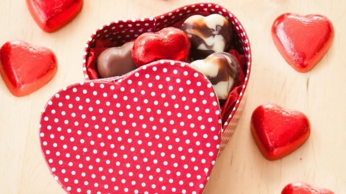 Pralinenschachtel mit Herzen aus Schokolade in Rot PUBLICATIONxINxGERxSUIxAUTxHUNxONLY 1079702917