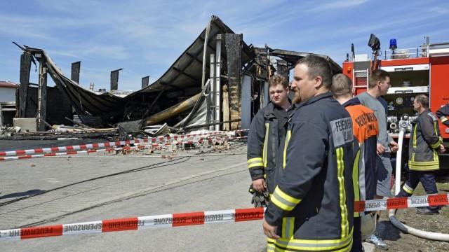 150 Feuerwehrleute im Einsatz: Montagmorgen in Alling: Die Feuerwehr vor der zerstörten Lagerhalle.