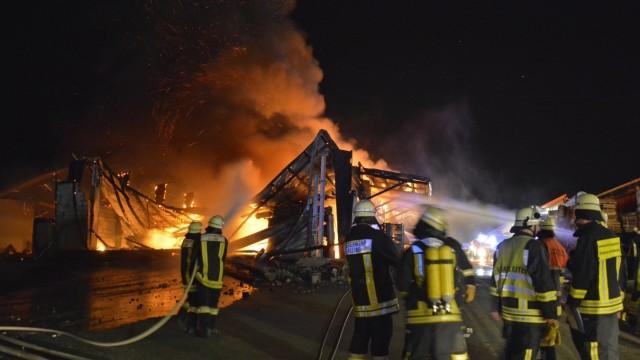 150 Feuerwehrleute im Einsatz: Sonntagabend in Alling: 150 Feuerwehrleute bekämpfen den Brand in einer landwirtschaftlich genutzten Halle.