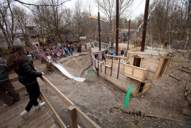 Holzschiff auf Abenteuerspielplatz im Hasenbergl, 2013