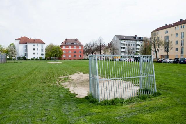 Bolzplatz zwischen der Schmalkaldener Straße und Frankfurter Ring in Milbertshofen. Der soll  verschwinden.