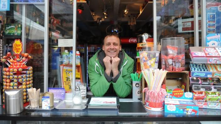 """Nachruf: Alexander Vesely betrieb den """"Kiosk im Deubl Glass Cube"""", wie sein kleiner Laden an der Münchner Freiheit offiziell heißt."""