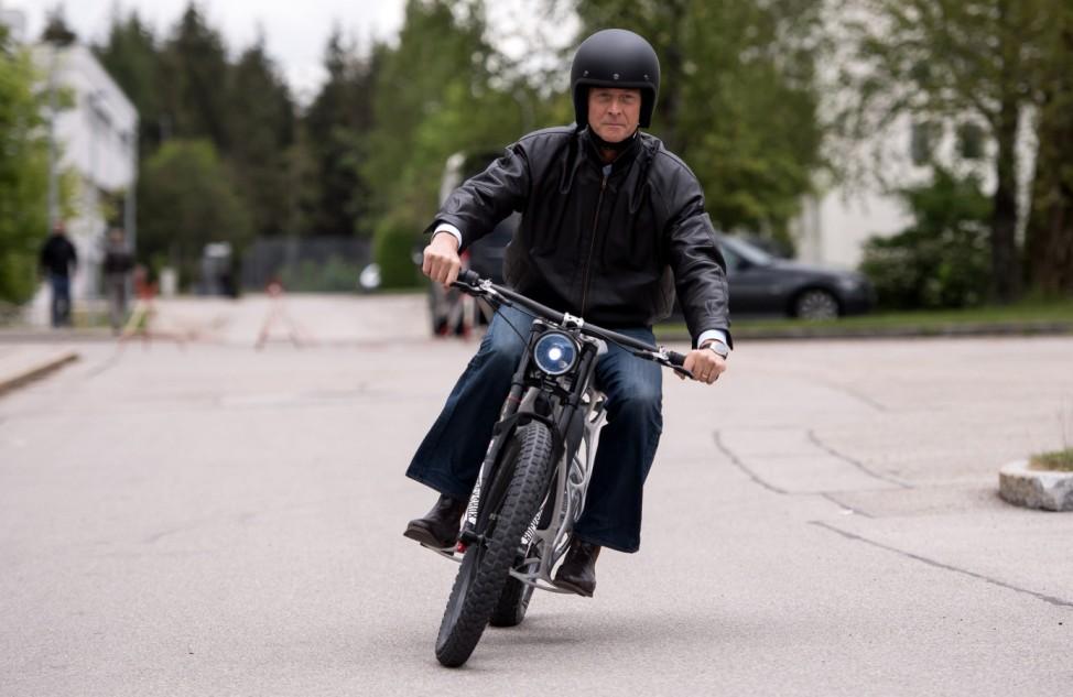 Airbus-Chef Tom Enders auf dem Motorrad 'Light Rider'