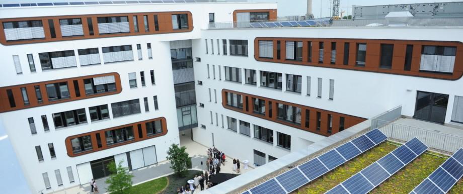 Stromsteuer: Wer sich mit mehr als 20 Megawattstunden Solarstrom pro Jahr versorgt, soll nach dem Willen von Minister Schäuble eine Stromsteuer zahlen.