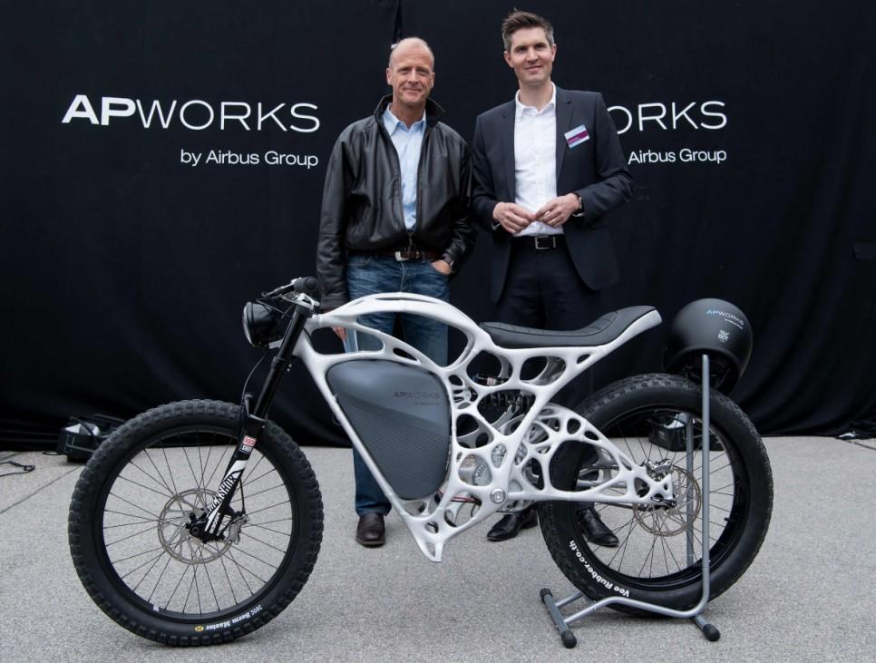 Joachim Zettler und Tom Enders mit dem Airbus Light Rider