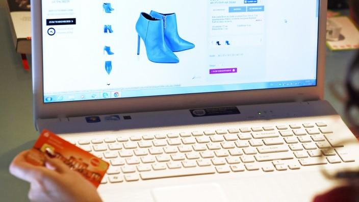 Frau beim Onlineshopping