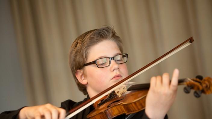 Der 13-jährige Geiger Tassilo Probst, nominiert für den Tassilo-Preis im Gasteig, im Raum 207 beim Unterricht bei seiner Hochhschullehrerin.