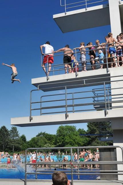 Schwimmen lernen im Landkreis: Bald beginnt im Erdinger Freibad die Saison so richtig. Wer springen will, sollte aber schwimmen können.