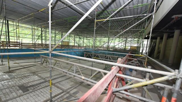 Bogenhausen: Großbaustelle: Noch steht die Schwimmhalle des Cosimabads voller Gerüste.