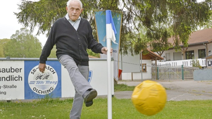 Olching: Als eisenharter Verteidiger galt Josef Kaes in der Mannschaft des SC Olching. Das ist lange her, doch dem Verein ist der 94-Jährige treu geblieben.