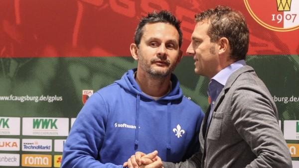 Händedruck der Trainer nach der Pressekonferenz Markus Weinzierl Trainer FC Augsburg re und Dir