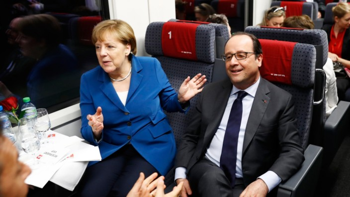 Basistunnel: German Chancellor Angela Merkel, left, and French President Francois Hollande, right, sit in the VIP-train Erst fuhren normale Bürger durch den neuen Tunnel, dann die Politelite (von links): Italiens Premier Matteo Renzi, der Schweizer Präsident Johann Schneider-Ammann, Kanzlerin Angela Merkel und Frankreichs Staatspräsident François Hollande.