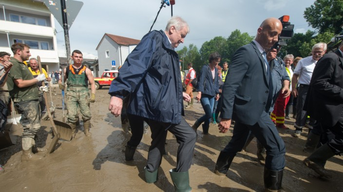 Seehofer besucht Überschwemmungsgebiet