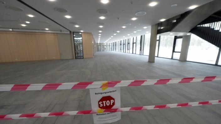 Weiterführende Schulen: Neu und schon zu klein: Das Gymnasium in Ottobrunn kann nicht alle Schüler aufnehmen, die es besuchen wollen.