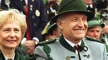 Karin Stoiber mit ihrem Edmund, der eine Uniform der Gebirgsschützen trägt