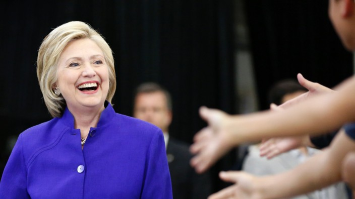 Hillary Clinton addresses rally on final day of California campaign