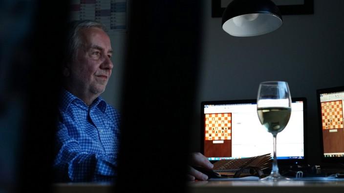 Schach: Hans-Dieter Wunderlich in seiner Kommando-Zentrale: Auf dem Tisch Bildschirme, auf denen er seine Partien gleichzeitig spielt - und natürlich ein Glas Riesling.