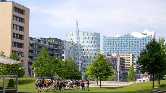 """Was die Gesetze hergeben: Mit viel Grünfläche bietet das Quartier """"Am Sandtorpark"""" in Hamburgs Hafencity Erholungsmöglichkeiten für Bewohner, Schüler und die Mitarbeiter der ansässigen Unternehmen."""