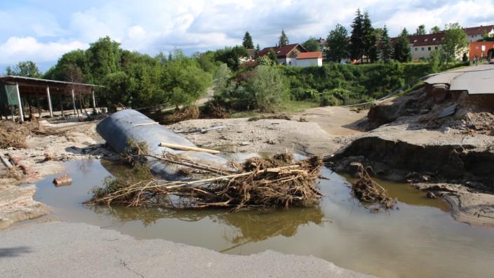 Hochwasserkatastrophe: An dieser Stelle brach im Norden der Stadt der Damm, über den die Schulstraße führt. Das 30 Meter lange Stahlrohr wurde von den Fluten des Simbachs mitgerissen.