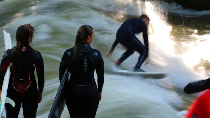 Studie: Die ersten Surfer kommen bereits zum Sonnenaufgang zum Eisbach.