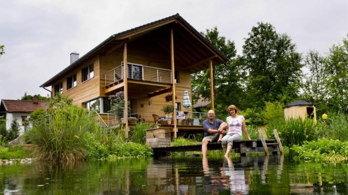 Glonn Hochwassergebiet, Wohnhaus auf Stelzen.