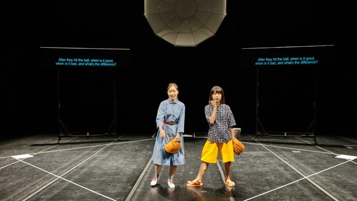 """Theater: Szene aus """"God Bless Baseball"""" von Toshiki Okada. Die Japaner und Südkoreaner lieben diesen Sport aus den USA."""